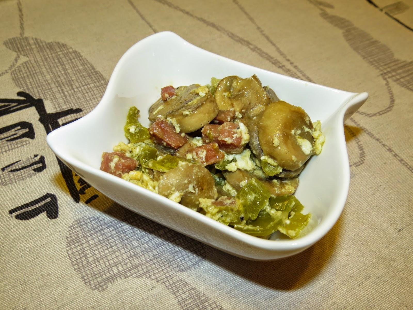 Revuelto de champiñones con pimiento y jamón