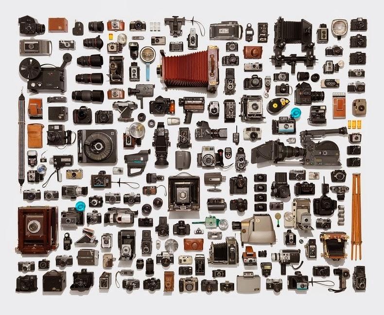 مجموعة من الكاميرات مرتبة ترتيبا دقيقا وتم تصويرها من أعلى