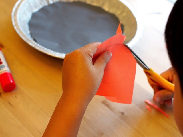 preschool space activity- cut out your sun for pie plate solar system