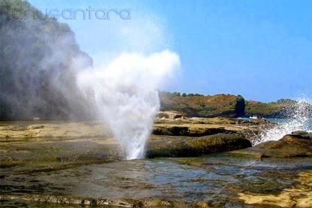 Air mancur di pantai Klayar setinggi 10 meter
