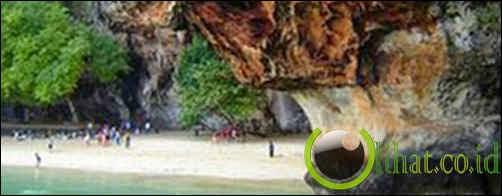 Berdoa di Gua Dewi Laut, Thailand