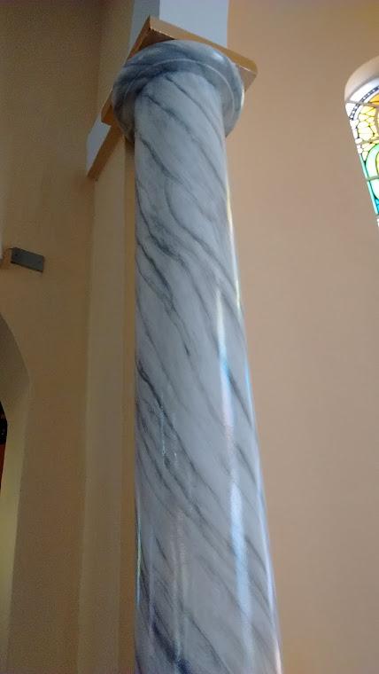 Colunas laterais imitando o mármore Calacata