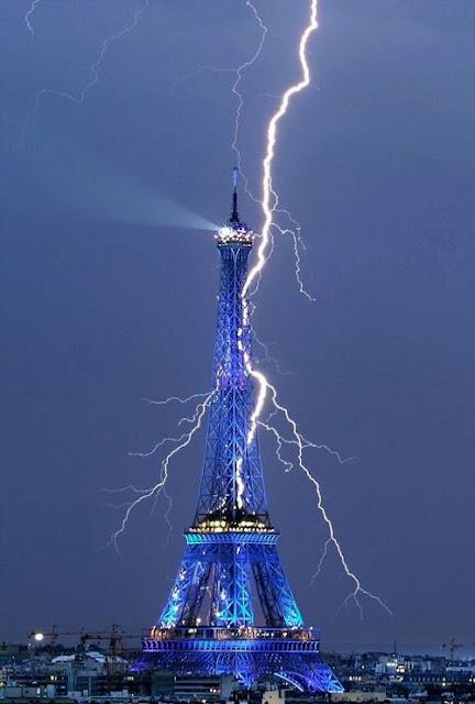 Foto tormenta electrica y rayo sobre Torre Eiffel