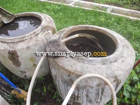 MENGISI : Air dari Paret pun mengalir deras ke dalam gentong gentong yang sudah disiapkan,. Setahap selanjutnya adalah proses penjernihan.  Foto Asep Haryono