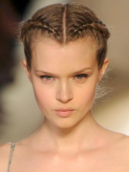 look peinados con trenza cocida a los lados