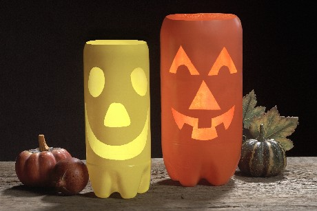 Farolitos de calabaza con botellas de refresco