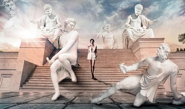 Olympea jest tak piękna, że nawet posągi ożywają, aby na nią spojrzeć