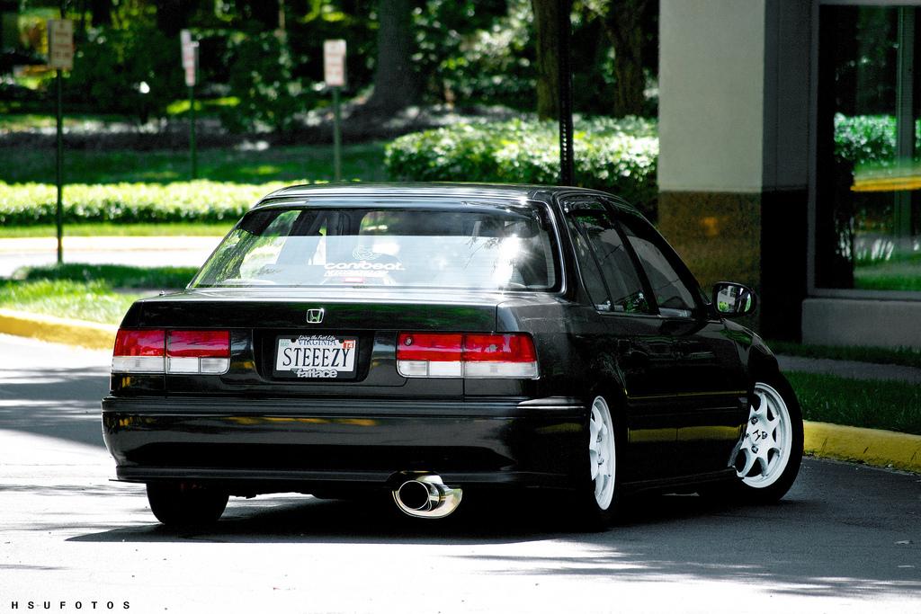 Honda Accord IV, typowa Honda, VTEC is kicking in yo, fajne sedany, japońskie samochody, zdjęcia, tuning, czarna, białe felgi, tył, jak wygląda