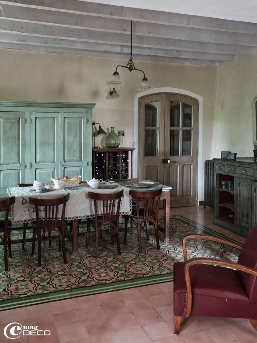 Des casiers à bouteilles assemblés et montés en meuble dans la cuisine de la maison d'hôtes Justin de Provence