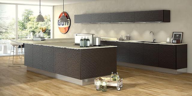 Cuisine design en U proposée par un cuisiniste de Montpellier. La façade est marron nivelée et le plan de travail est beige très fin sur la partie préparation et épais sur la partie repas en bar.