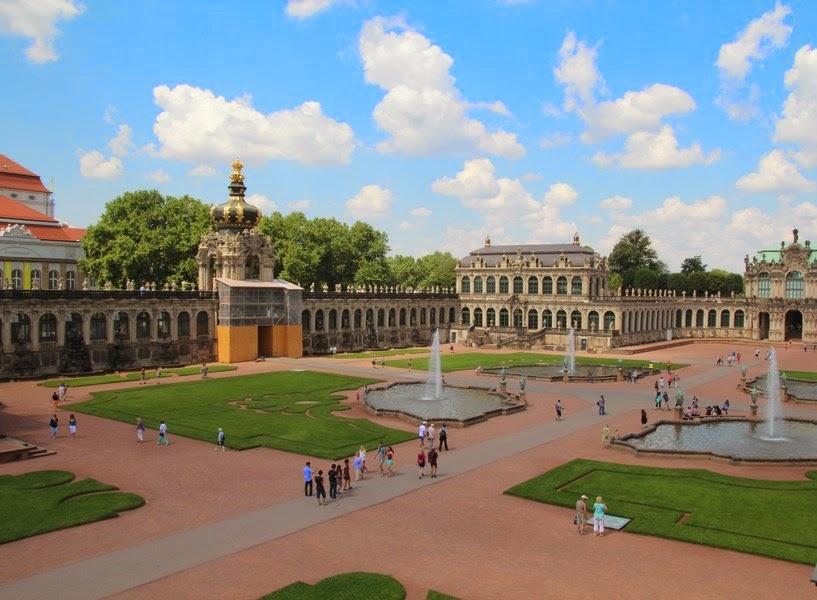 fontanny i trawnik w Zwingerze