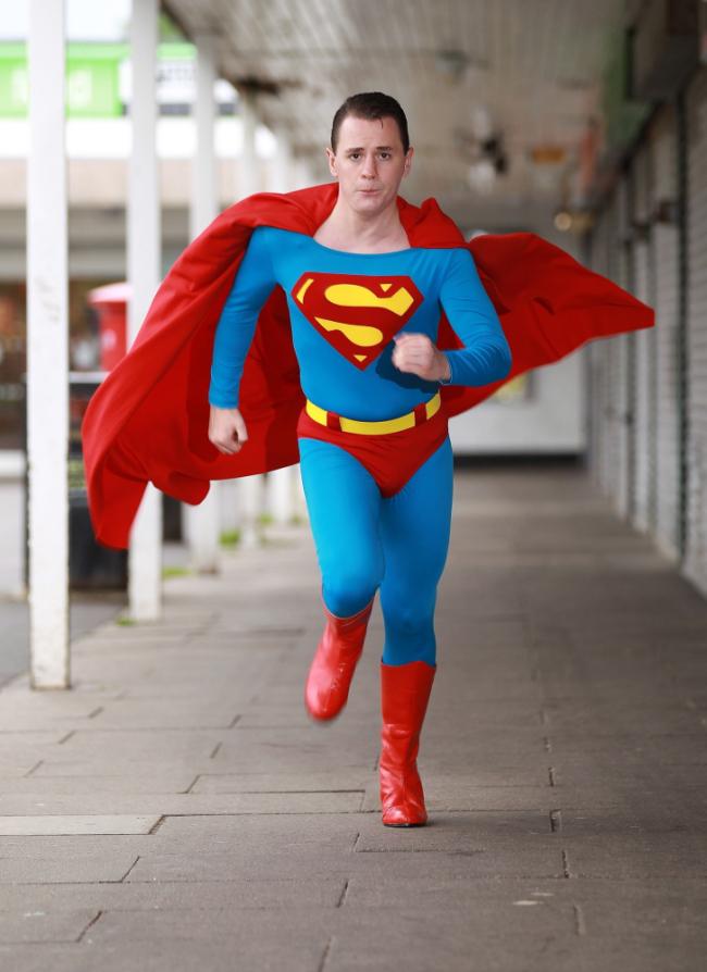 Aksi Luke Junior sebagai 'Superman'.