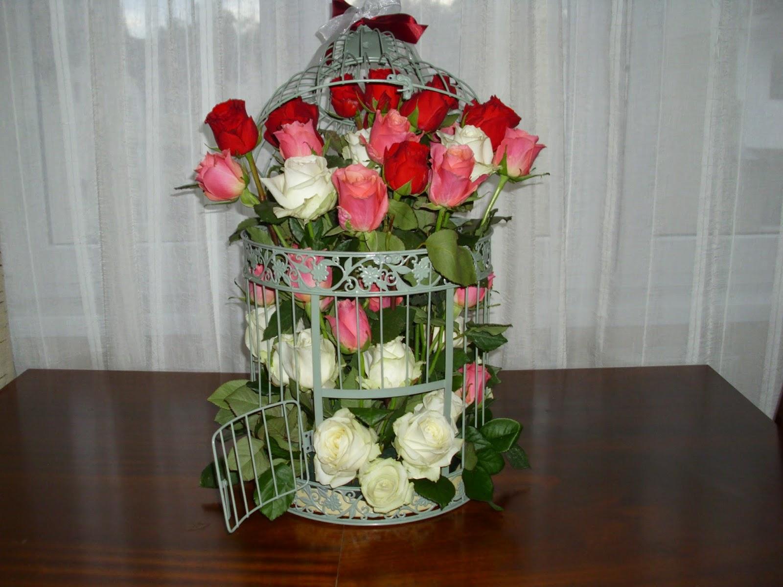 trandafiri albi, rosii si roz in colivie