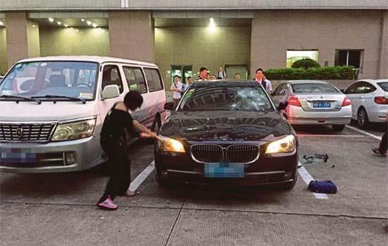 Wanita Pecahkan BMW 740 Kerana Marah Suami Ada Skandal