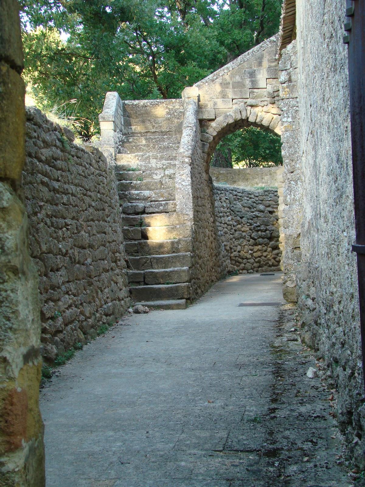 http://1.bp.blogspot.com/-hNrnWqvIKp0/T4DM6gI75lI/AAAAAAAAASk/dtlJibG_uOw/s1600/Cucuron+stone+passageways.JPG
