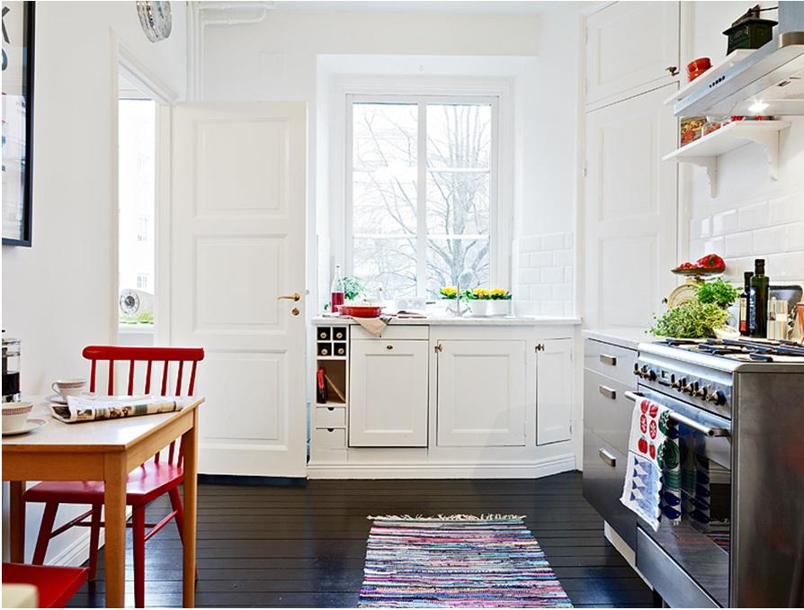 Renovera Kok Gammal Stil : Snyggt med det svarta golvet i kontrast mot allt det vita, den roda