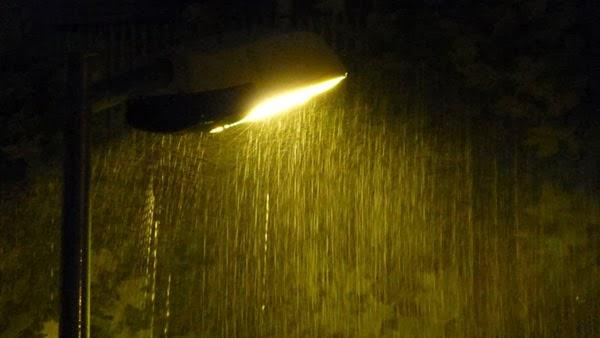 Un faro bajo la lluvia