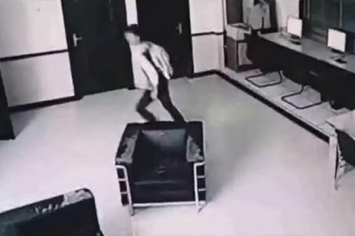 V deo do fantasma atacando no hotel da mal sia for Oq e mobilia