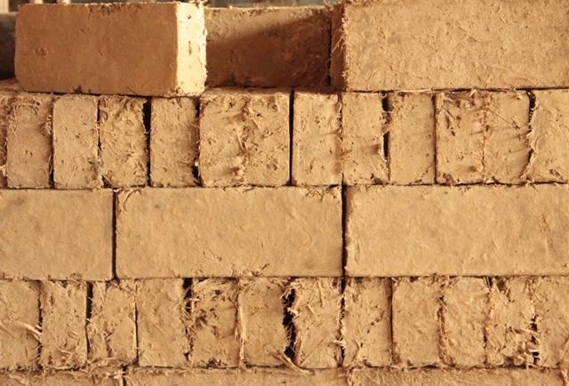 les mat riaux pour restaurer votre maison en terre les briques de terre crue 35 14 7 cm. Black Bedroom Furniture Sets. Home Design Ideas