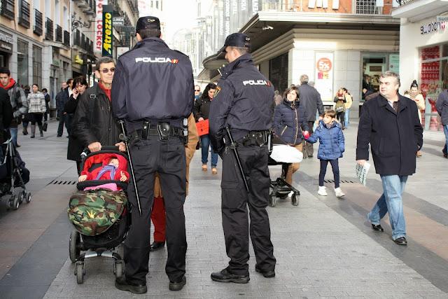 dos policias hablasn con ciudadanos en la via publica