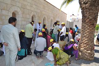 terra santa tiberiades - peregrinos indianos em oração