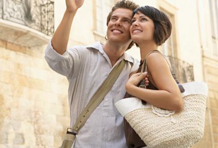 تعرفى على بعض الحيل لتلفتى انتباه زوجك اليكى - زوجان رومانسيان مغرمان حب