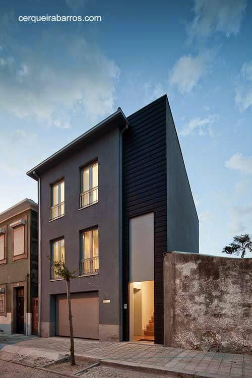 Fachada negra a la calle en casa urbana de Portugal