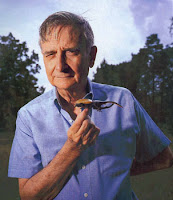 hombre sosteniendo escarabajo