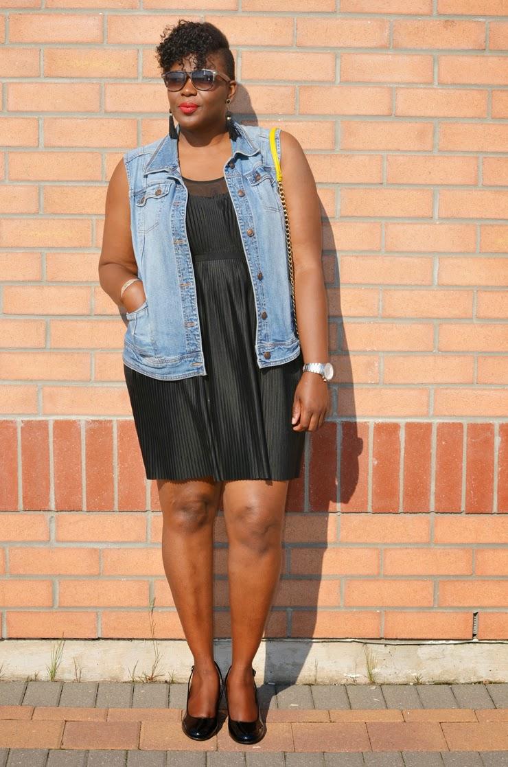 How to wear a sleeveless denim jacket: plus size fashion