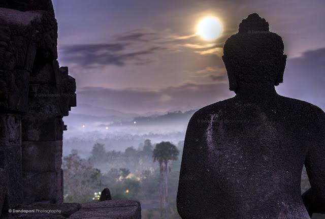 Mặt Trăng mọc lên ở Chùa Borobudur, nước Indonesia. Tác giả : Dandapani LLC.