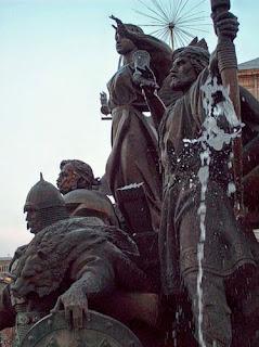 Памятник основателям Киева на Майдане Незалежности