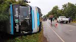 รถทัวร์โดยสารสายโคราช-เชียงคานฝ่าสายฝน พลิกคว่ำ