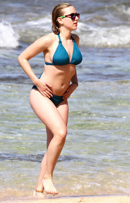 Scarlett Johansson in blue bikini, candid pic 6