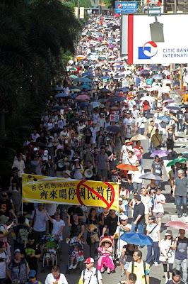 市民帶同年幼子女遊行反國民教育科, 主舉單位稱, 參與人數達9萬人。 (照片由國民教育家長關注組提供)