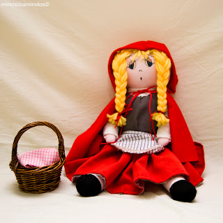 muñeca de tela hecha a mano del cuento de Caperucita Roja