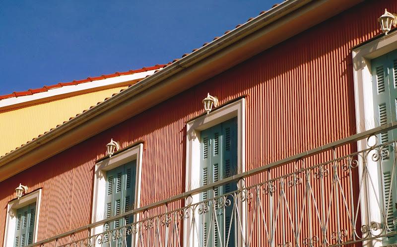 Architektur in Lefkada Stadt: Wellblech als Hausverkleidung, im kräftigen Rosa gestrichen