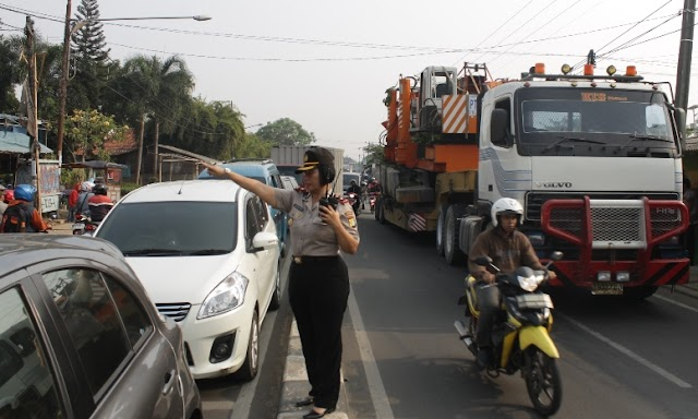 Truk Tronton Mogok, Arus Lalu Lintas Jalan Parung-Ciputat Macet Total