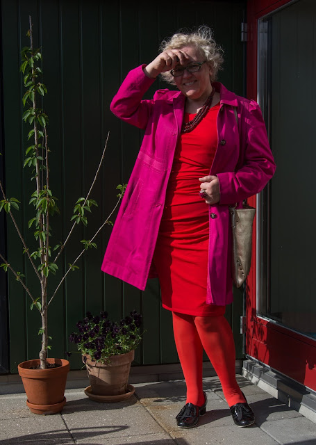 Kaffesoester in red dress pink trench and red tights in sunshine
