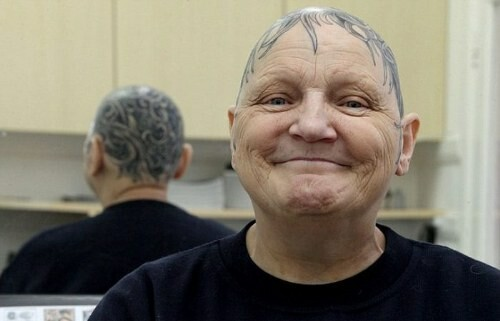 Idosa de 60 anos cobre sua cabeça com uma tatuagem