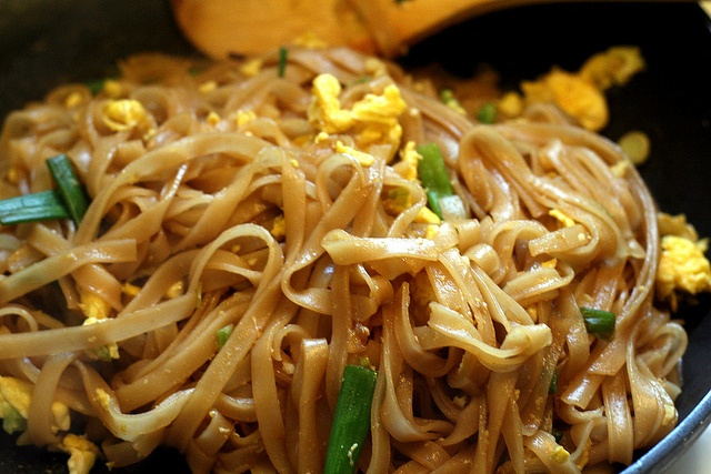 Very easy pad thai, no weird ingredients or hot peppers.
