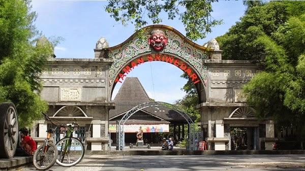 tempat wisata taman sriwedari di solo
