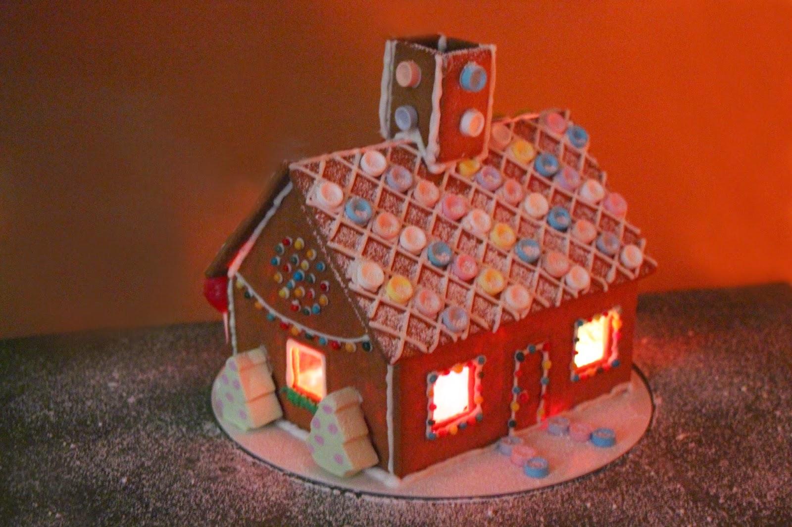 casa de jengibre iluminada