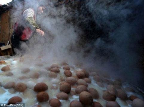 Kì lạ món trứng luộc nước tiểu trung quốc 3