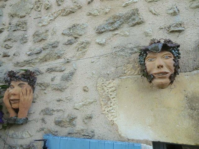 visages sur façade*