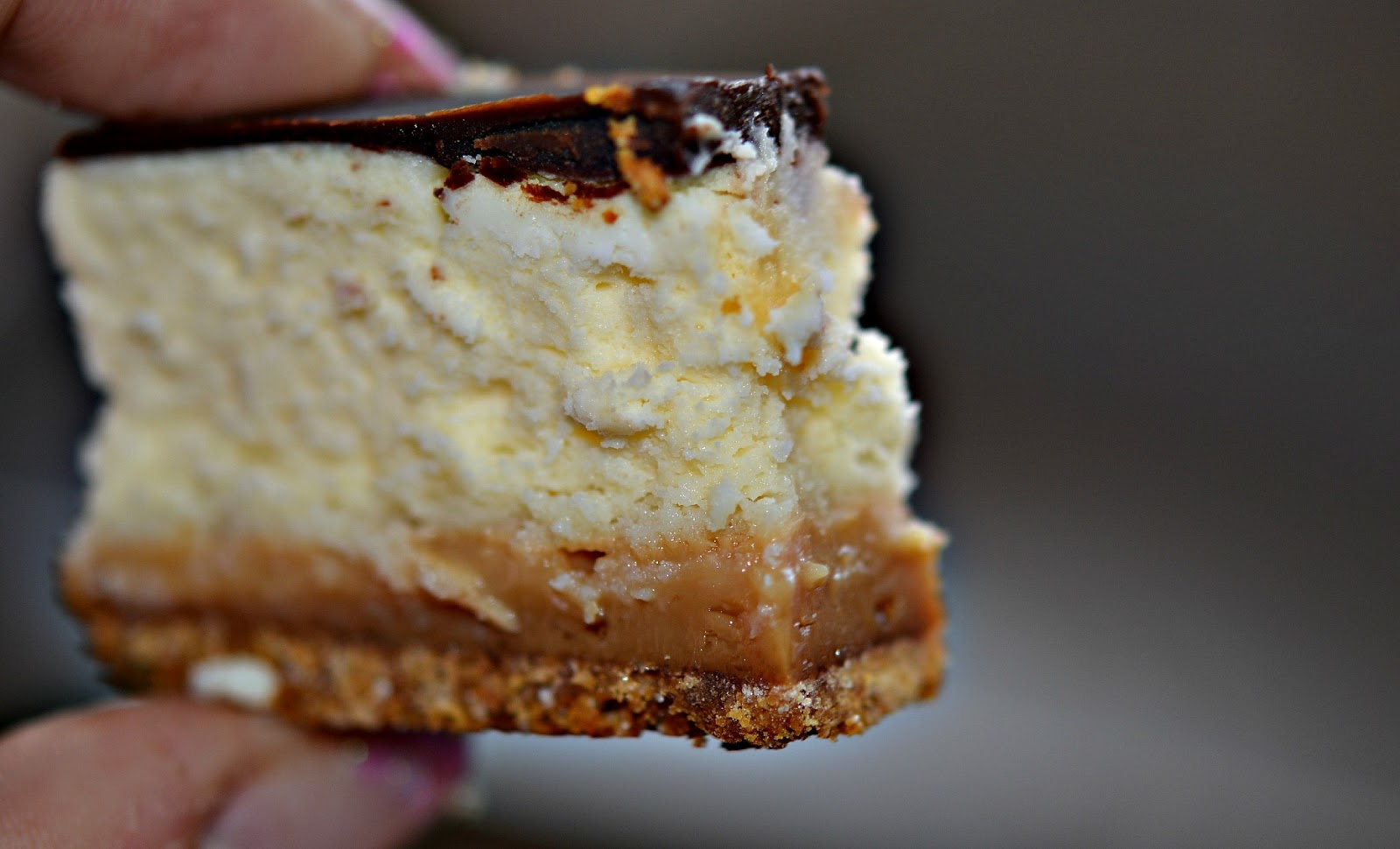 DULCE DE LECHE CHEESECAKE BARS WITH CHOCOLATE GLAZE! - Hugs and ...