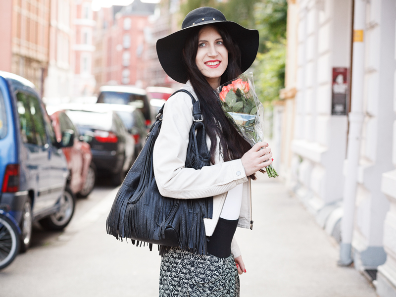 Bild Haremshose, Hut, Fashion, Fashionblogger, Hannovver, Streetstyle, Trend, Wedges, Style, Outfit of the day, Outfit, Pants, Sommer, Blogger, wie kombiniere ich, how to style , Beauty, Brunette, Gold-Schwarz, weite Hose, Norden, Niedersachsen, Gold, Rosen,