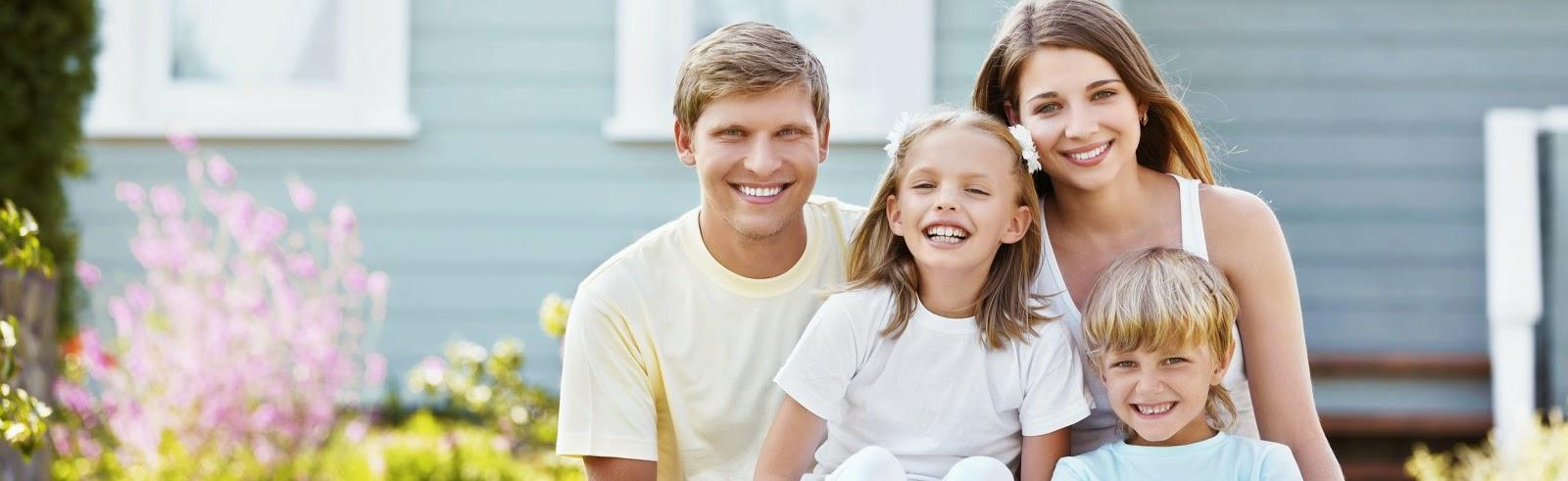 Imagen de una familia feliz frente a su nuevo hogar