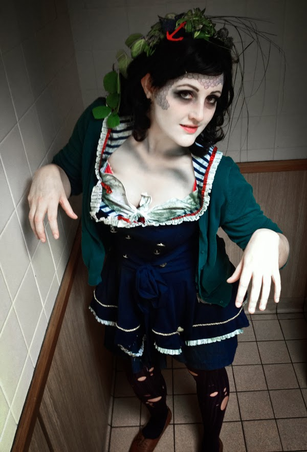 DIY Halloween costume: drowned aquatic sea zombie sailor with scary make up, fish scales and seaweed