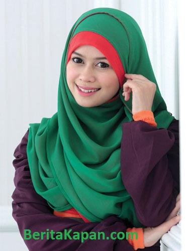Gadis Cantik Menggunakan Hijab Warna Hijau