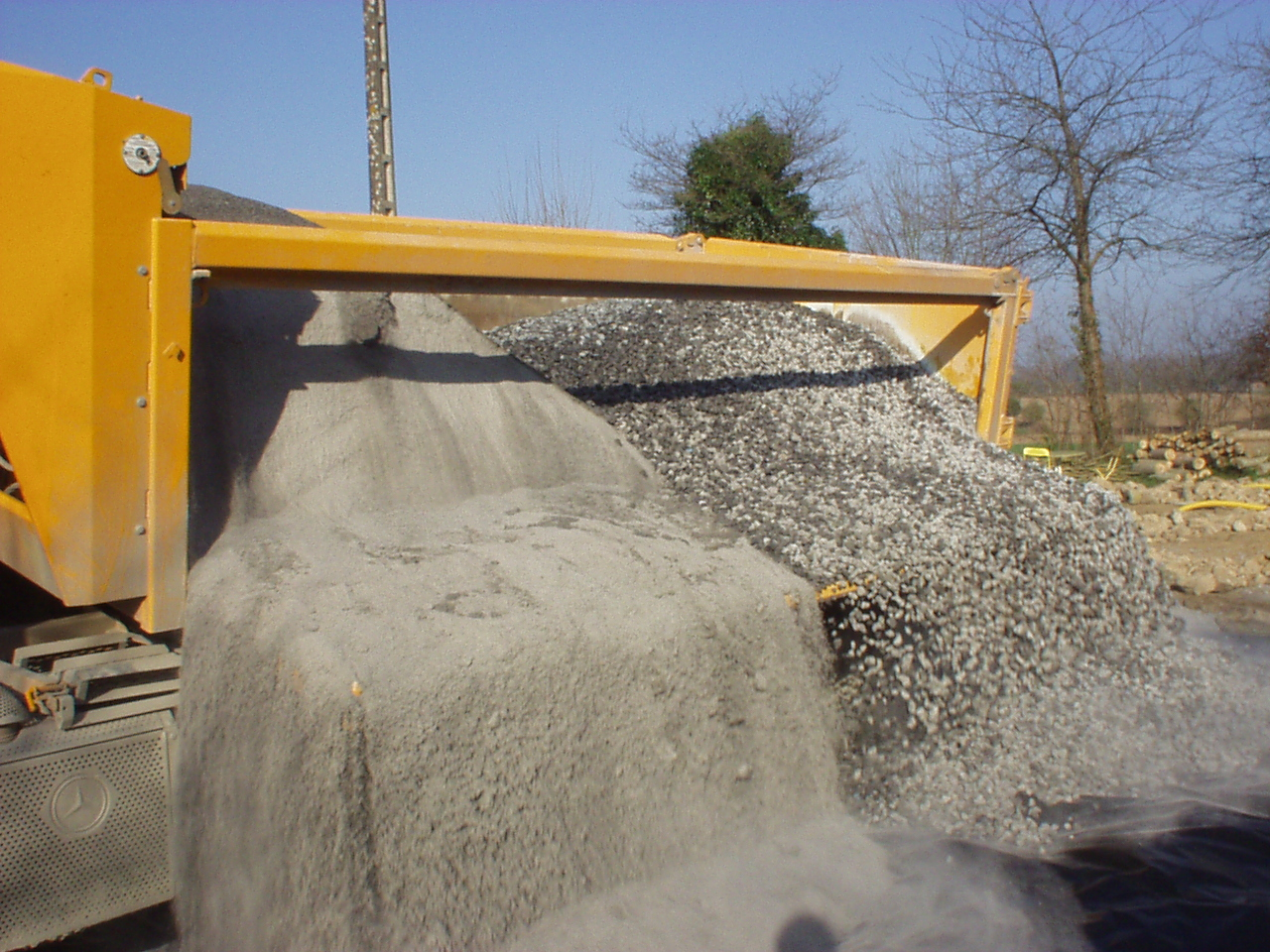 en plus des derniers graviers nous avons reu le sable gris qui nous servira uniquement pour le mortier des murs de soubassement pas pour les joints que